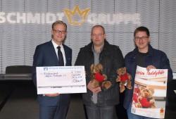 Arne Schmidt überreichte die Spende für die Aktion Teddybär an Holger Huesker und Florian Renner.