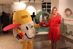Lottokugel und Lottofee an der historischen Lotto-Ziehungsmaschine. (Foto: STLG)