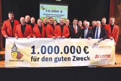 Exakt 140 Konzerte und über 1.000.000 Euro für soziale Zwecke: Die Mainzer Hofsänger erfreuen die Zuhörer und tun damit viel Gutes. Darüber freuen sich Lotto-Geschäftsführer Jürgen Häfner (8.v.r.), der stellvertretende Lotto-Aufsichtsratsvorsitzende Walter Desch (3.v.r.) und beim Konzert in Bad Kreuznach auch der 1. Vorsitzende der Soonwaldstiftung, Herbert Wirzius, (5.v.r.). (Foto: Seydel)