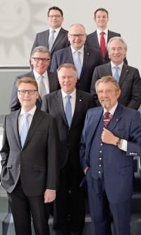 V.l.n.r.: (1. Reihe) Armin Gauselmann, Paul Gauselmann, Vorstandssprecher, (2. Reihe) Dr. Werner Schroer, Technik, (3. Reihe) Manfred Stoffers, Marketing, Kommunikation und Politik, Jürgen Stühmeyer, Merkur-Vertrieb, (4. Reihe) Dieter Kuhlmann, Spielothek-Säule, (5. Reihe) Alexander Vleeming, Finanzen, Alexander Martin, Neue Medien.