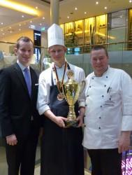 Holger Garz (links), gastronomischer Betriebsleiter, und Küchenchef Rolf van der Linde gratulieren Koch-Azubi Matthias Heß zum Sieg. (Foto: WestSpiel)