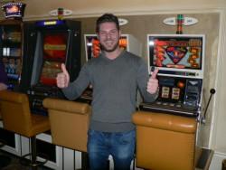Stefan Nikolic vor dem Super-Cherry-Gerät, mit welchem er 36'844 Franken gewonnen hat.