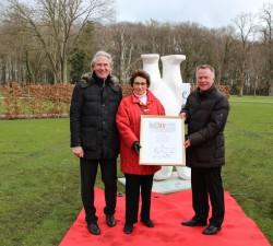 Die Vorstände Jürgen Stühmeyer (links), Vorstand Merkur-Vertrieb, und Dr. Werner Schroer (rechts), Vorstand Technik, überreichten Karin Gauselmann stellvertretend für Firmen der Gauselmann Gruppe den Buddy Bären zum 80. Geburtstag.