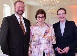 V.l.n.r.: Heinrich Vieker, Bürgermeister von Espelkamp, Karin Gauselmann und Marianne Thomann-Stahl, Regierungspräsidentin der Bezirksregierung Detmold.