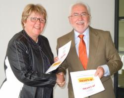 Marion Caspers-Merk und Erwin Horak besiegelten den Ausbau der Kooperation bei der Schulung und Weiterbildung des Annahmestellen-Personals.