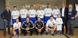 Die 1. Herren-Handballmannschaft der DJK Coesfeld Eintracht Coesfeld gemeinsam mit Arne Schmidt (2.v.r.), Trainer Dirk Haverkämper (1.v.l.) und Thomas Bücking (1.v.r.).