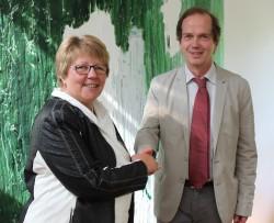 Unterzeichneten die Vereinbarung zum Spielerschutz: Lotto-Geschäftsführerin Marion Caspers-Merk und Prof. Jürgen Armbruster, Vorstand der Evangelischen Gesellschaft (eva). (Foto: Lotto Baden-Württemberg)