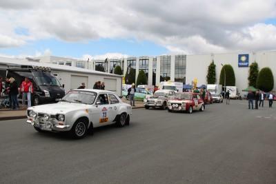 Teilnehmer der Retro-Rallye auf dem Weg zum Start.