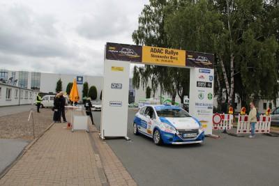Von der Servicemeile am Produktionswerk der Gauselmann Gruppe fuhren die Teilnehmer zu den 14 Wertungsprüfungen in fünf Sektionen. Im Hauptfeld kamen 30 von 44 Startern, und bei der Retro-Rallye 24 von 30 Startern ins Ziel.
