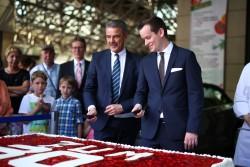 Tja, wo fängt man am besten an? Direktor Jürgen Hammel und gastronomischer Bereichsleiter Holger Garz schneiden die Torte an. (Foto: Fotocruz)