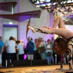 Nicht nur auf den Veranstaltungsbühnen boten sich tolle Bilder. Kontorsionisten Manuelle Traf mit einer artistischen Vorstellung auf dem Französischen-Roulette-Tisch. (Foto: Fotocruz)