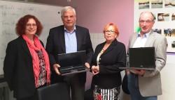 Robert Hess (rechts) und Wolfram Seiffert (2.v.l.) überreichten die Laptops an den Bildungsverein WIR in Zossen e.V.