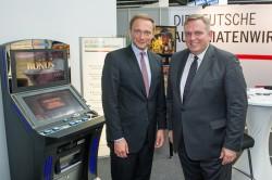 Von links nach rechts: Christian Lindner (FDP-Parteivorsitzender), Georg Stecker (Sprecher des Vorstandes der Deutschen Automatenwirtschaft)
