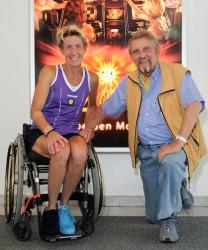 Paul Gauselmann (rechts) besiegelt weiteres Sponsoring von Sabine Ellerbrock (links) bis zu den Paralympics 2016 in Rio de Janeiro.
