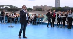 Axel Schmidt begrüßte die Gewinner der Filialwettbewerbs auf Deck.