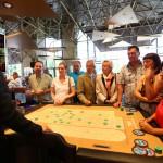 Viele Erstbesucher umlagerten die Croupiers, die locker und humorvoll Einführungen in Roulette, Baccara und Black Jack gaben. (Foto: Fotocruz)