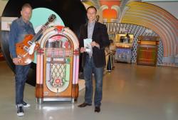 """Andreas Schröer vom Elvis-Presley-Initiativkreis und Sascha Wömpener, Leiter des Deutschen Automatenmuseums, treffen die letzten Vorbereitungen für die Sonderausstellung """"Elvis und die Jukebox"""" vom 4. Juli bis 4. Oktober 2015."""