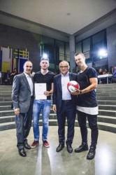 Eberhard Gienger, Sportgemeinschaft Dt.Bundestag (links), Erfolgstrainer Felix Magath (2.v.r.) mit Kickern DAW-Team.