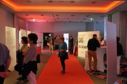 Besucher informieren sich in der Ausstellung über das Unterhaltungsangebot des Kursaal und Grand Casino Luzern von 1882 bis heute.
