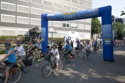 Die rund 1.100 Teilnehmer der NRW-Radtour stoppten auch an der Zentrale von West- Lotto in Münster. Der Lotterieanbieter feiert in diesem Jahr seinen 60. Geburtstag (Foto: Bernd Hegert / NRW-Stiftung)