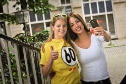 """""""Catch the Sixty""""! In Freiburg, Mannheim und Ulm sind menschliche Lottozahlen unterwegs. Wer die 60 trifft und ein Selfie macht, kann 500 Euro gewinnen. (Foto: Lotto Baden-Württemberg)"""