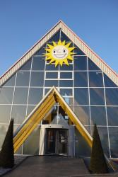 Schon durch das markante Gebäude, ein Nur-Dach-Haus, setzt die Merkur Spielbank in Leuna-Günthersdorf Akzente.