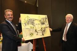 Spielbankdirektor Jürgen Hammel gratulierte Hans Tilkowski zu seinem 80. Geburtstag mit einem Bild der Dortmunder Künstlerin Bettina Brökelchen. (Foto: WestSpiel)