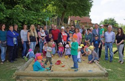 Gemeinsam mit Bürgermeister Elmar Schröder (3.v.r.), Gebietsleiter Sven Mengel (2.v.r.),Filialleiterin Katarina Komanova (1.v.r.) und den Eltern und Kindern wurde der neue Spielplatz offiziell eröffnet.