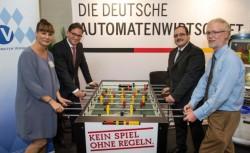 Von links nach rechts: Kroke (DAW), Pronold (Vors.Bayern SPD), Kießling (BAV, FAG), Delegierter Bayern SPD (Foto: Jörg Koch/Bayern SPD)