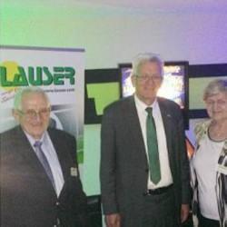 Von links nach rechts: Gustav Lauser, Winnfried Kretschmann (MP Baden-Württemberg) und Elfriede Lauser. (Foto: Lauser GmbH)