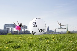 Immer in Bewegung und seit 60 Jahren eng verbunden: Die Tänzer der Kölner Ballettschule Lindig und die Lottokugel von WestLotto.