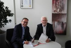 Franz Spitzauer, Geschäftsführer Finanzen & Marketing beim FC Ingolstadt 04 (links) und Erwin Horak, Präsident von Lotto Bayern bei Vertragsunterzeichnung. (Foto: FC Ingolstadt 04)