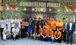 Klaus Gottesleben (r.), Präsident des Deutschen Tischfußballbunds (DTFB), und Nils Rullkötter (2.v.r.), Vertreter des Hauptsponsors Gauselmann Gruppe, gratulierten dem Siegerteam von CBB Wedel (M.). Platz zwei hing an Braddock Burbach (rechts), Hannover 96 (l.) machte den 3. Platz.