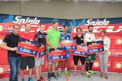 Armin Gauselmann (l.) und Kirstin Korte (r.), stellvertretende Landrätin, überreichten den Vertretern der teilnehmenden Mannschaften die Siegerschecks nach den spannenden Finalspielen des Casino-Merkur-Spielothek-Cups.