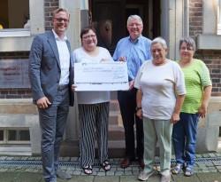 Geschäftsführer Arne Schmidt (links) überreichte den Scheck an Gerburg Schwering, Felix Schürhoff, Hedwig Peirick und Maria Viefhues (v.l.n.r.)