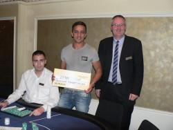 V.l.n.r.: Herr Adrian Körmöczy (Dealer Swiss Casinos Schaffhausen), Herr Fouad Toujanit (Gewinner) und Martin Frank (Poker Palace)