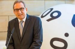 WestLotto-Geschäftsführer Theo Goßner bei der Ausstellungseröffnung