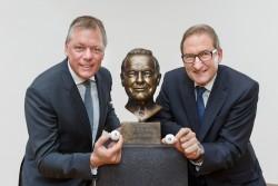 Andreas Kötter und Theo Goßner mit der Büste von Lotto-Erfinder Lothar Lammers. (Foto: Münsterview/Tronquet)