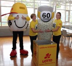 Beim Jubiläums-Schätzspiel von Lotto Baden-Württemberg ging es darum, die Zahl der Kugeln in einem durchsichtigen Zylinder zu tippen.