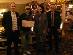 Sieger Jena Marc Jelk mit dem Gewinnercheck, eingerahmt von der Tunierleitung Martin Frank, Tom Strobel und Eugen Kress (von rechts).