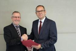 Ministerialdirektor Dr. Herbert O. Zinell heute im Gespräch mit Otto Wulferding, Geschäftsführer der Spielbanken GmbH & Co. KG.
