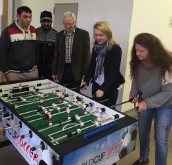 Kickerspende in Heiligenroth: Olga Sawatzky, 2.v.r., überreichte gemeinsam mit Ortsbürgermeister Erich Herbst (3.v.l.) den neuen Kicker.