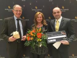 V.l.n.r.: Marc Baumann (Direktor Swiss Casinos Zürich), Clara Hochreutener (1-millionste Besucherin), Thomas Cavelti (Vizedirektor Swiss Casinos Zürich)