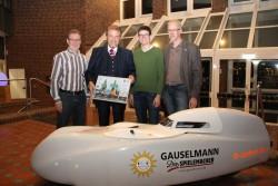 Die Liegeradsportler Ralf Golanowsky (r.) und Matthias König (2.v.r.) überreichten Unternehmer Paul Gauselmann (2.v.l.) im Beisein von Walter Riechmann, Vorstandsvorsitzender VfB-Fabbenstedt (l.), als Dank für das Sponsoring ein Bild des Teams.