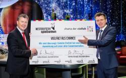"""Die WestSpiel-Geschäftsführer Lothar Dunkel (links) und Steffen Stumpf (rechts) präsentieren die """"Charta der Vielfalt"""". (Foto: WestSpiel)"""