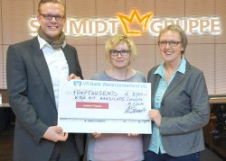 Arne Schmidt überreichte den Spendenscheck in Höhe von 5.000 Euro an Marga Köhler (links) und Uta Holler (Mitte).