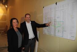 Cornelia Degenhard, Spielbankleiterin Automatenspiel, und Thorsten Bednarz, Geschäftsführer der Gauselmann - Spielbanken Beteiligungs GmbH, zeigen den Bauplan in der neuen Merkur Spielbank Magdeburg.