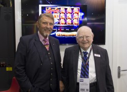 Die Unternehmer-Legenden Paul Gauselmann (l.) und Leonard Hastings Ainsworth (r.) kennen sich bereits seit vielen Jahren und waren über ihr Aufeinandertreffen während der diesjährigen ICE sichtlich erfreut.