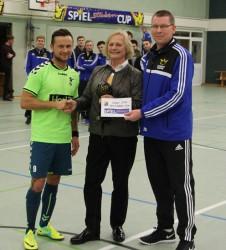 Ursula Schmidt überreichte den Siegerpokal gemeinsam mit Organisator Reiner Wittenbrink an den Kapitän des SV Falke Steinfeld.