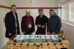 Für die Gauselmann Gruppe übergab Nils Rullkötter (1.v.l.) einen Fußball-Kicker an Susanne Steuber von der Flüchtlingshilfe Südhemmern (2.v.l.).
